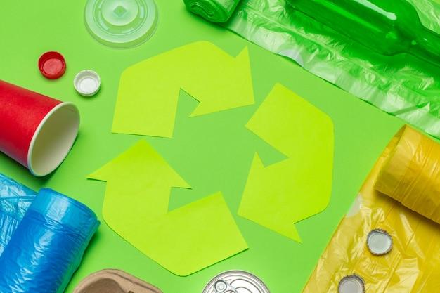 Eco met recyclingssymbool op lijst hoogste mening als achtergrond