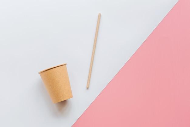 Eco natuurlijk papier koffiekopje en rietje