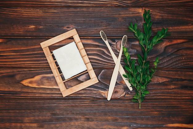 Eco natuurlijke bamboe tandenborstel, borstel, kokoszeep voor hygiënische reiniging met kopie ruimte