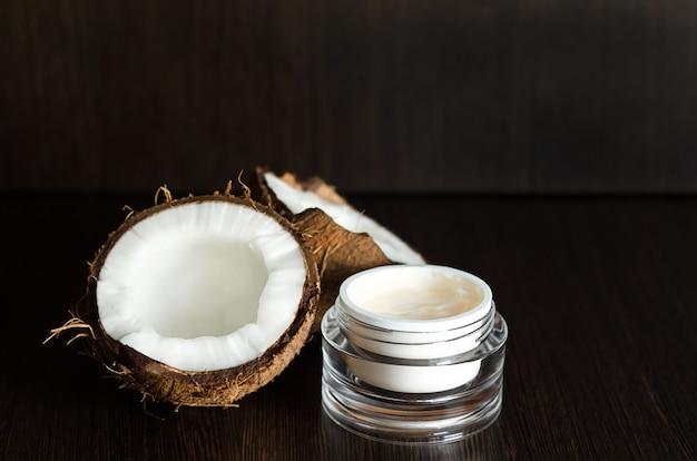 Eco natuurlijke kokosboter, olie, room, organische massageschoonheidsmiddelen voor het voorbereiden op home spa op bruine houten achtergrond met exemplaarruimte. schoonheid concept