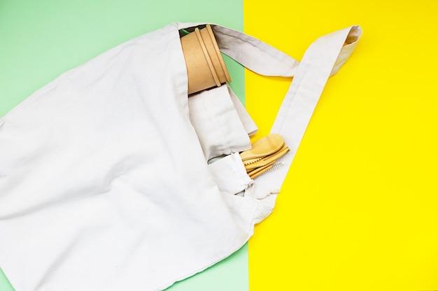 Eco natuurlijke papieren bekers, canvas tassen en wegwerp gebruiksvoorwerpen gemaakt van bamboehout