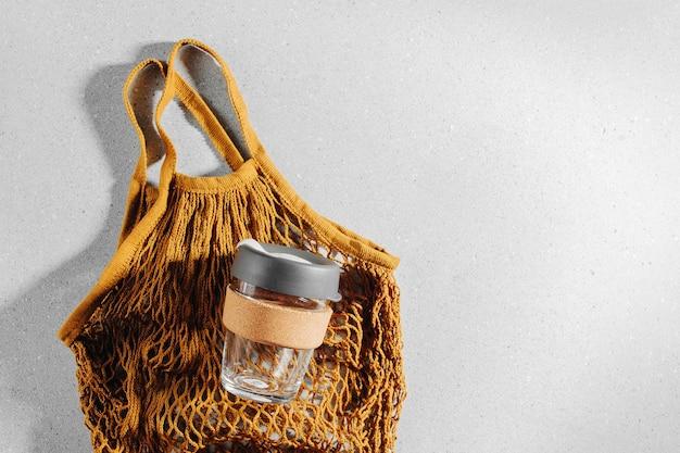Eco tas en herbruikbare koffiemok. duurzame levensstijl. kunststofvrij concept.