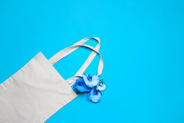 Eco tas met bloemen op kleur achtergrond