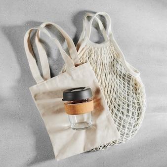 Eco-tassen en herbruikbare koffiemok. duurzame levensstijl. kunststofvrij concept.