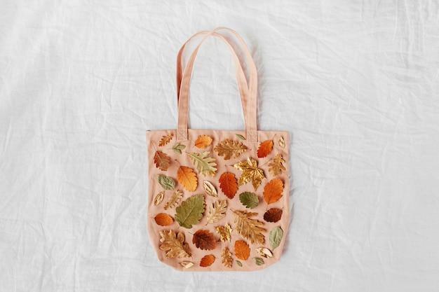 Eco tassen met patroon gemaakt van herfstbladeren. herfst samenstelling. platliggend, bovenaanzicht, kopieerruimte
