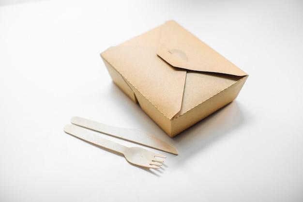 Eco voedselverpakking, kartonnen bak en bestek