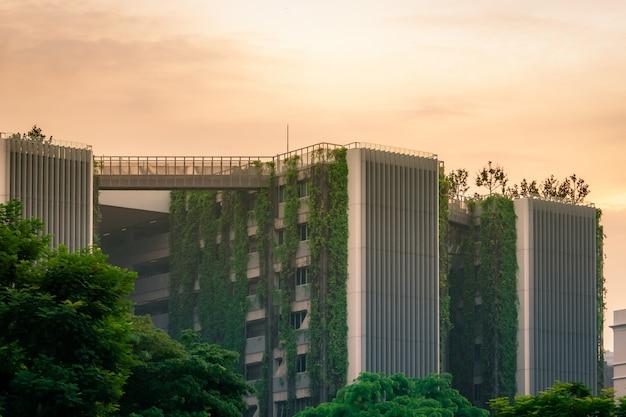 Eco-vriendelijk gebouw met verticale tuin in moderne stad