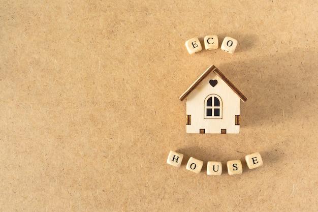 Eco-vriendelijk huis - klein speelgoedmodelhuis met inscriptiewoord eco house
