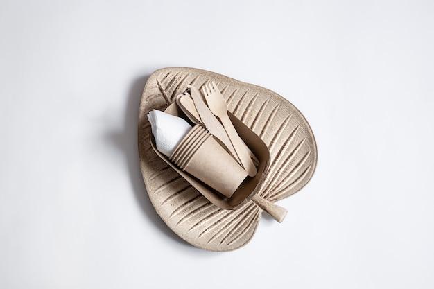 Eco-vriendelijk wegwerpservies close-up. het concept van het redden van de planeet, de afwijzing van plastic.