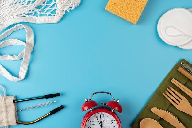 Eco vriendelijke bestekset, boodschappentassen op blauwe achtergrond. geen afval, plasticvrij concept. duurzame levensstijl. ruimte voor tekst kopiëren. bovenaanzicht