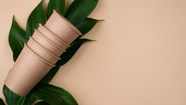 Eco-vriendelijke bruine kopjes en bladeren