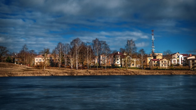 Eco-vriendelijke cottage dorp aan de oever van het meer.