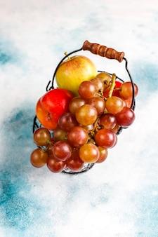 Eco-vriendelijke eenvoudige beige katoenen boodschappentassen voor het kopen van groenten en fruit met zomerfruit.