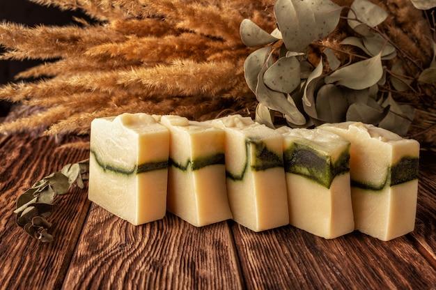 Eco vriendelijke handgemaakte zeep bars op houten achtergrond