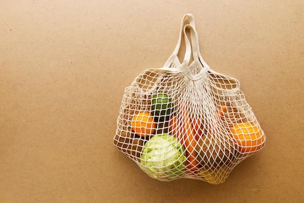 Eco-vriendelijke herbruikbare netgebreide tricotentas met fruit en groenten