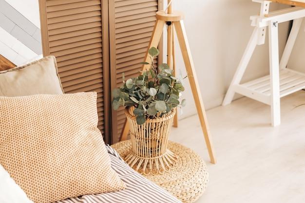 Eco-vriendelijke interieur van slaapkamer in modern huis Premium Foto
