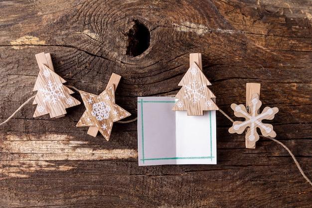 Eco-vriendelijke kerstversiering op houten achtergrond kopie ruimte