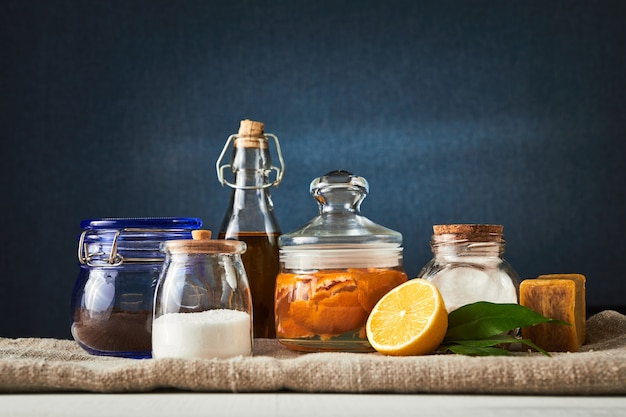 Eco-vriendelijke natuurlijke reinigingsmiddelen. zuiveringszout (natriumbicarbonaat), citroen, azijn en zout. huis schoonmaken concept.