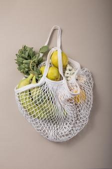 Eco-vriendelijke natuurlijke tas met biologische groenten en fruit.