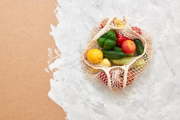 Eco-vriendelijke nettas met fruit en groenten. bovenaanzicht geen plastic