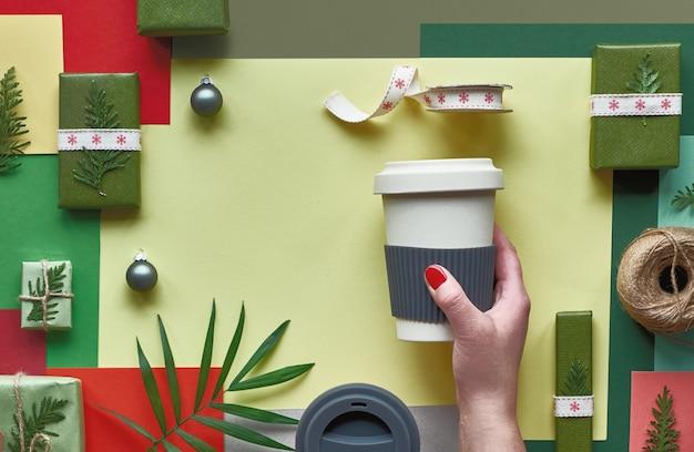 Eco-vriendelijke nul afvalproducten verpakt als kerst- of nieuwjaarscadeaus in ambachtelijk inpakpapier. creatieve plat lag, bovenaanzicht van nul afval kerstcadeau-ideeën, veelkleurige geometrische.
