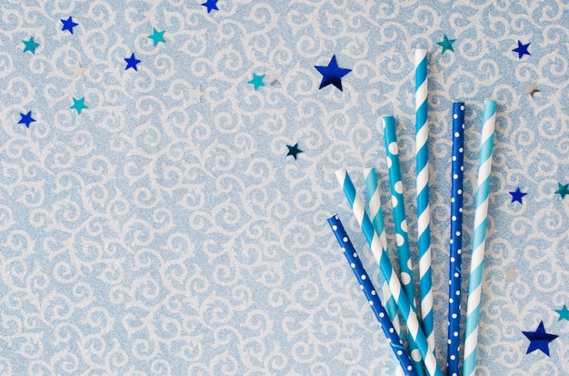 Eco-vriendelijke papieren rietjes in blauw of glanzend. feestelijk.