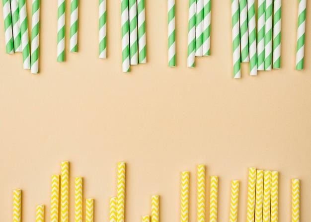 Eco-vriendelijke papieren rietjes plat leggen kopie ruimte