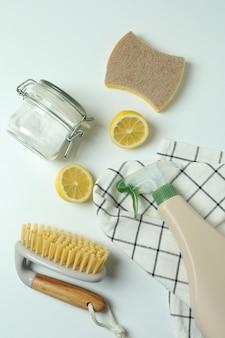 Eco-vriendelijke schoonmaak tools op witte geïsoleerde achtergrond