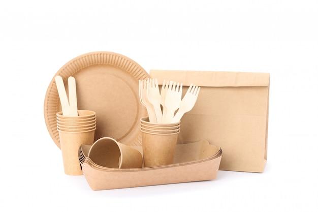 Eco - vriendelijke servies en papieren zak geïsoleerd op wit. wegwerp gerechten