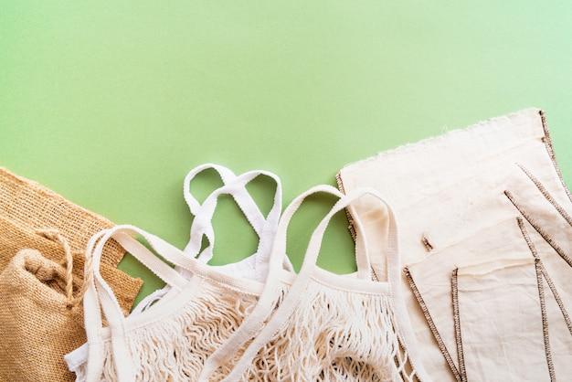 Eco-vriendelijke tassen op groene achtergrond