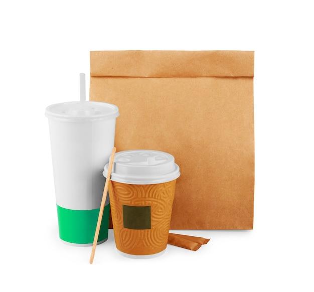 Eco-vriendelijke wegwerpschalen gemaakt van papier op witte achtergrond