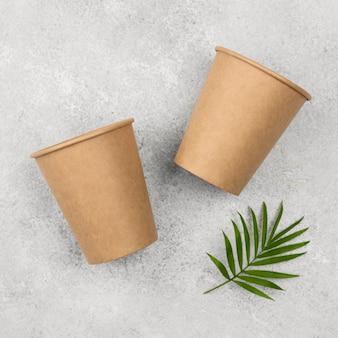 Eco-vriendelijke wegwerpserviesbekers en bladeren