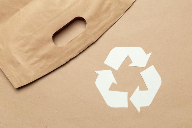 Ecoconcept met recyclingssymbool op de mening van de lijstbovenkant