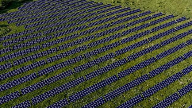 Ecologie zonne-energiecentrale panelen in de velden groene energie bij zonsondergang landschap elektrische innovatie natuur milieu.