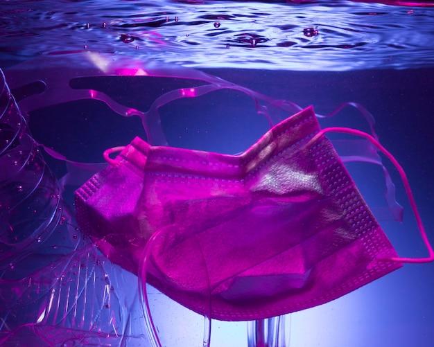 Ecologieconcept met masker in water