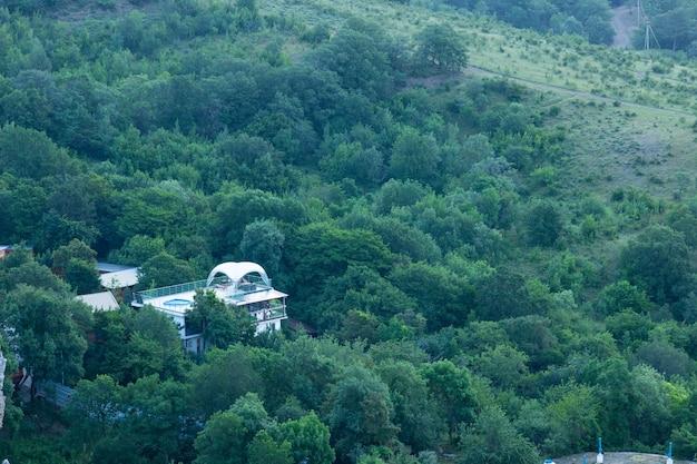 Ecologisch berghotel, in de zomer. bovenaanzicht.