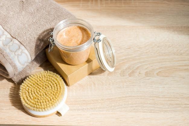 Ecologisch concept spa stilleven met etherische olie handgemaakte zeep en droge massageborstel geen afvalproducten voor persoonlijke verzorging