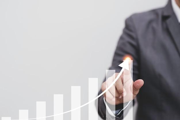 Economie en winst van het concept van de groei van de aandelenmarktinvesteringen, zakenman wat betreft witte staafdiagram met pijl.