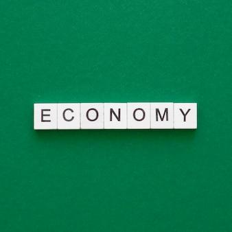 Economiewoord dat op houten kubussen wordt geschreven