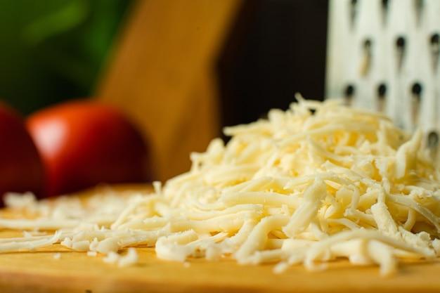 Economisch apparaat in de vorm van een metalen plaat met doorboorde kleine gaatjes voor het malen, wrijven van kaas