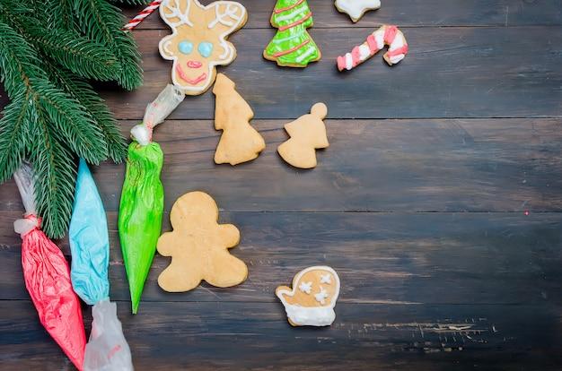 Ecorating een peperkoekkoekjes van kerstmis