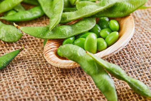 Edamame of sojabonen in een houten plaat op een zak