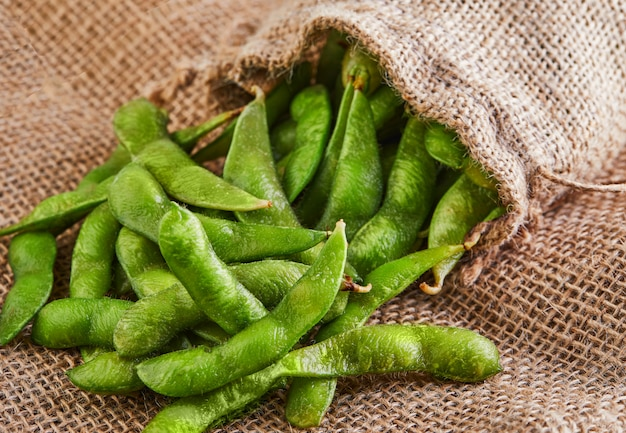 Edamame of sojabonen morsen uit de zak op een zak