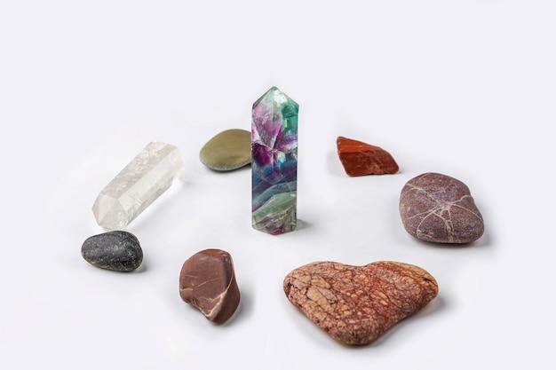 Edelstenen fluoriet, kwartskristal en diverse steentjes. magische rots voor mystiek ritueel, hekserij en spirituele beoefening. natuurstenen voor kuurtherapie