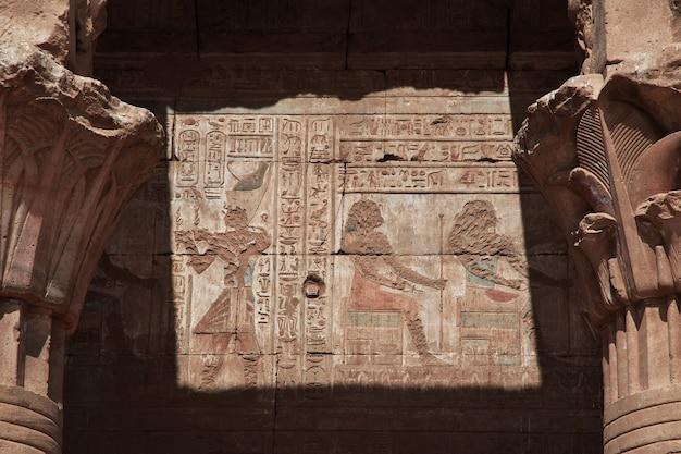 Edfu-tempel aan de rivier de nijl in egypte