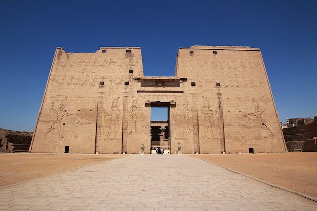Edfutempel op de rivier van nijl in egypte