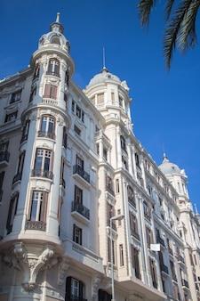 Edificio carbonell-gebouw in alicante, comunidad valenciana, spanje