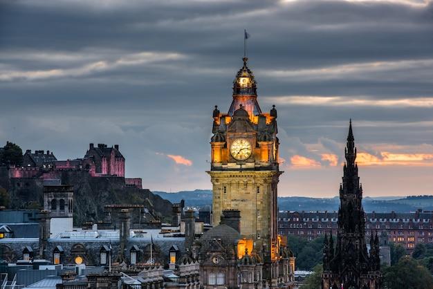 Edinburgh skyline van de stad 's nachts