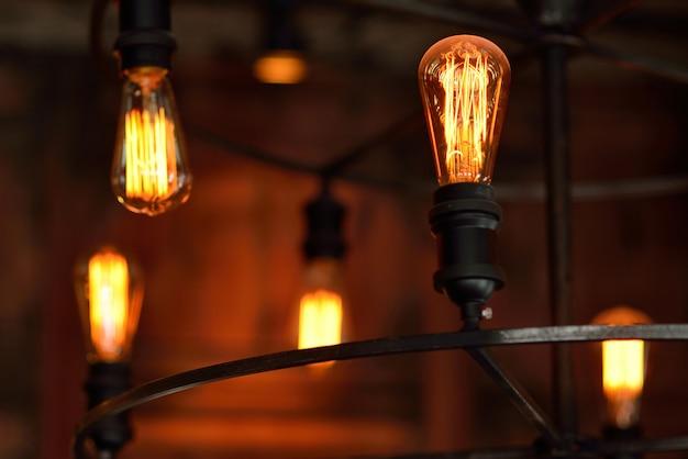 Edison lamp in de kroonluchter