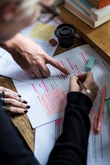 Editor controleert woorden op tijdschriftartikel voor publicatie